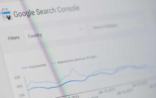 Echa un vistazo a los informes de rendimiento en Google Search Console que acaba de obtener datos más recientes